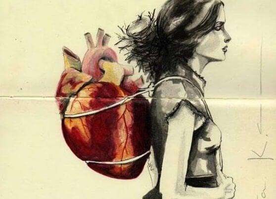 Kvinde bærer hjerte i rygsæk