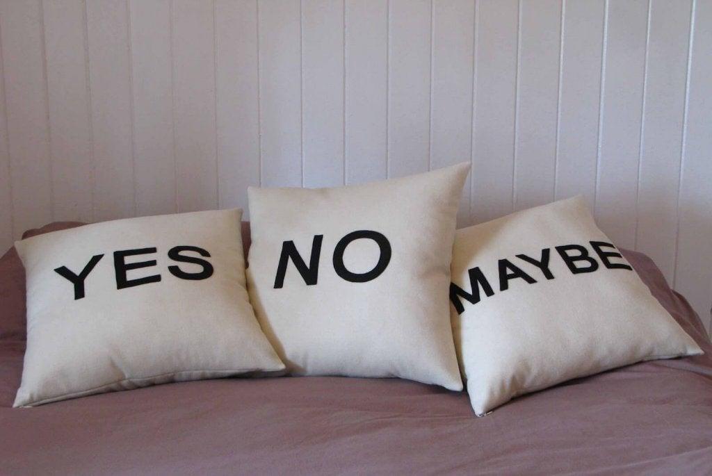 """Puder med teksten """"ja"""", """"nej"""" og """"måske"""" viser en usikkerhed for at træffe beslutninger"""