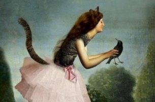 Kvinde klædt ud som kat holder en krage i hænderne