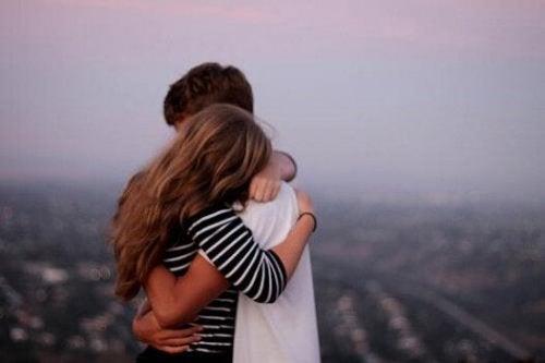 Par omfavner hinanden