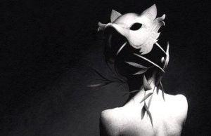 Kvinde med maske på