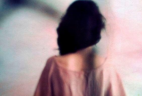 Slørret billede af kvindes ryg