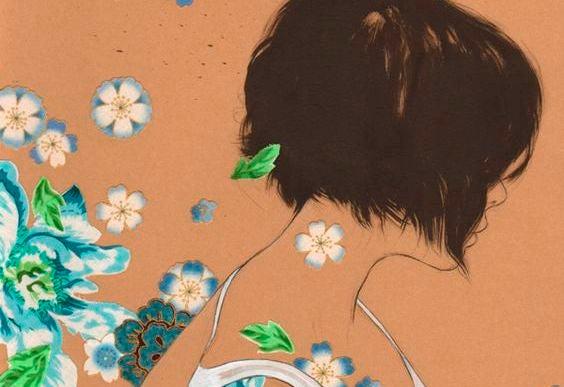 Kvinde med blomster er usynlig på grund af manglende selvkærlighed