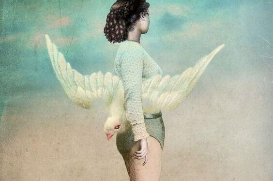 Kvinde holder stor hvid fugl under armen