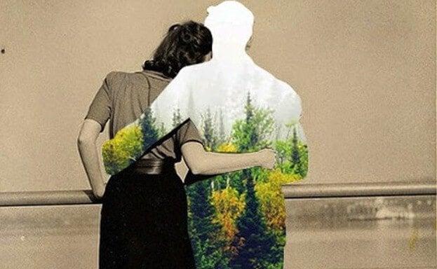Kvinde omfavner usynlig mand