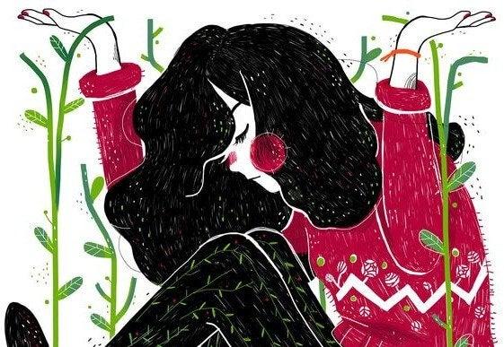Kvinde sidder blandt planter med hænderne oppe
