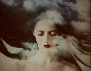 Kvinde foran mørk himmel og skyer