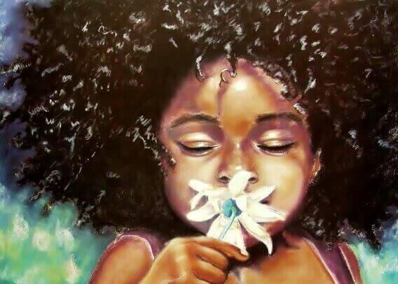 Pige dufter tilfreds til blomst