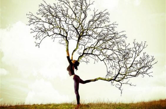 Træer vokser ud af kvindes arme og ben symboliserer kraften af komplimenter