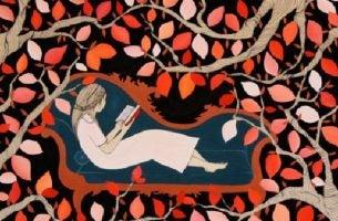 Kvinde på sofa i træ er ved at læse