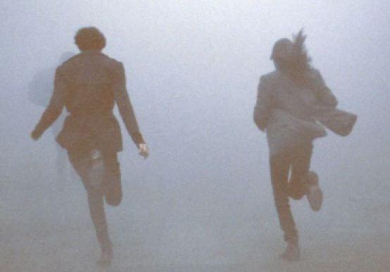 Personerne løber væk i tåge