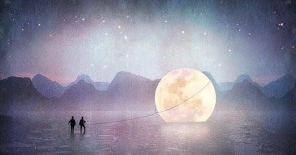 Mennesker prøver at fange måne i vand