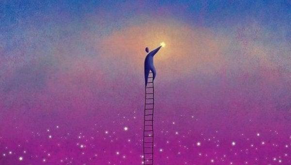 Mand på stige rækker ud efter månen, som symbol på positive mennesker