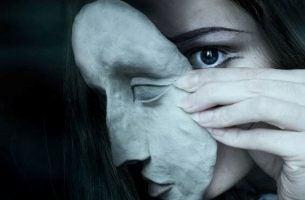 Kvinde bærer maske