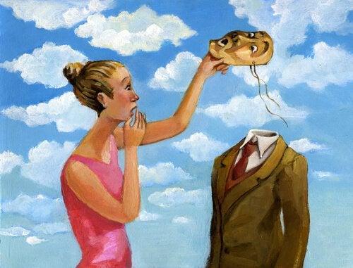 Kvinde tager maske af mand uden hoved