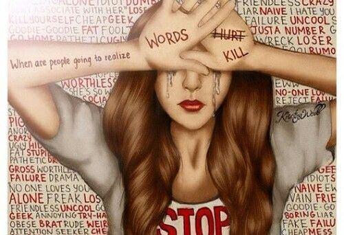 Pige oplever mobning gennem hårde ord