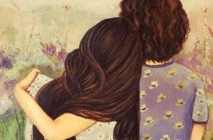 Mor krammer datter som eksempel på følelsesmæssige kærtegn