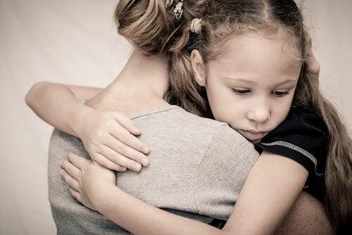 Mor krammer barn og viser, at Depression kan påvirke forholdet mellem mor og barn