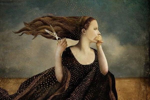 Kvinde med saks i hånden holder den anden hpnd op foran munden