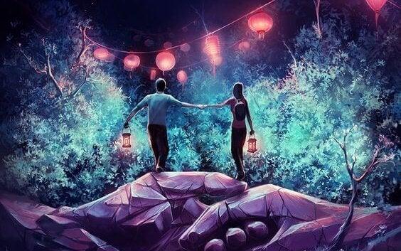 Par går med lanterner og nyder mental tiltrækning