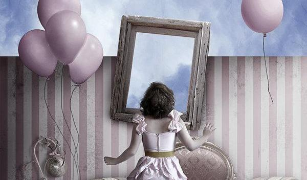 Pige står foran vindue med balloner i hånden