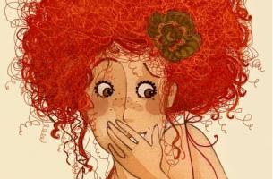 Kvinde med stort rødt hår gemmer et smil bag sin hånd