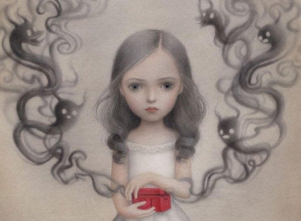 Pige, der er blevet forladt af forældre, gemmer sorg i lille kiste