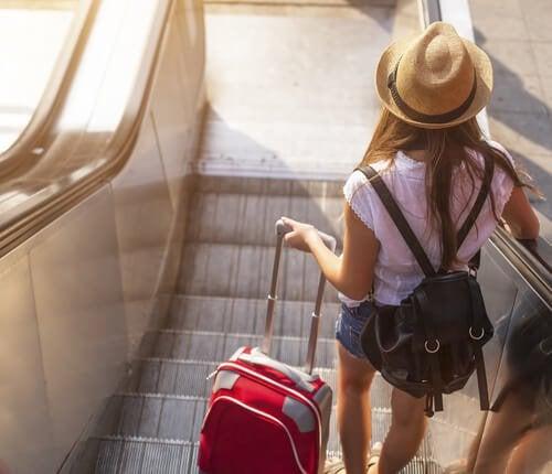 Pige med kuffert skal til at rejse