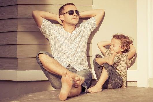Far og søn nyder tid sammen i solen