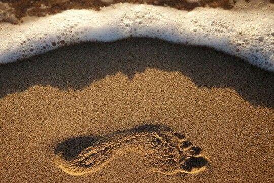 Fodaftryk i sand på strand