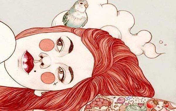 Kvinde ligger med fugl på hovedet