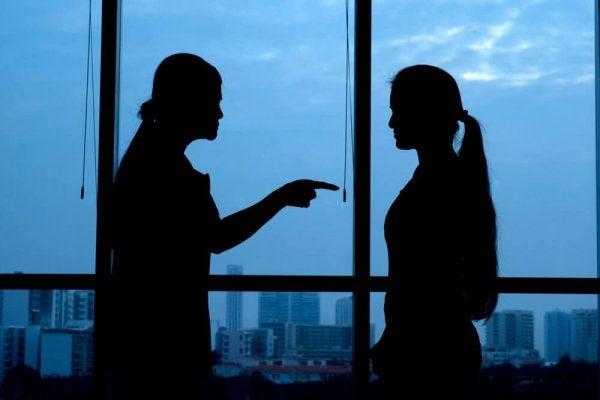 Silhuet af usikker person, der råber af en kvinde