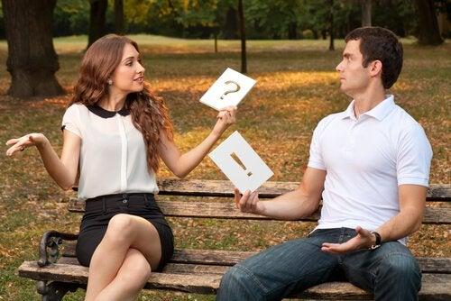 Et par øver sig på at have gode diskussioner