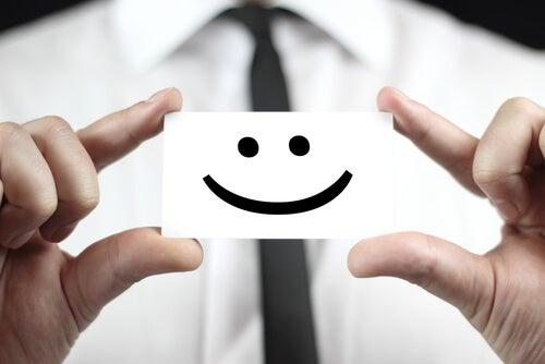 Medarbejder holder papir med smiley