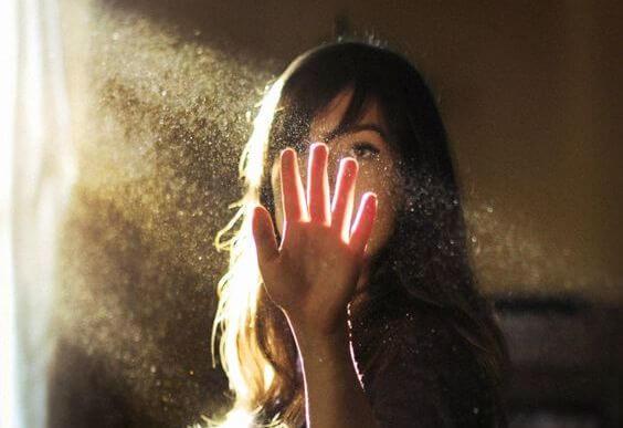 Kvinde rører ved støv foran solstråler og opdager, hun er et geni indenfor hendes lidenskab