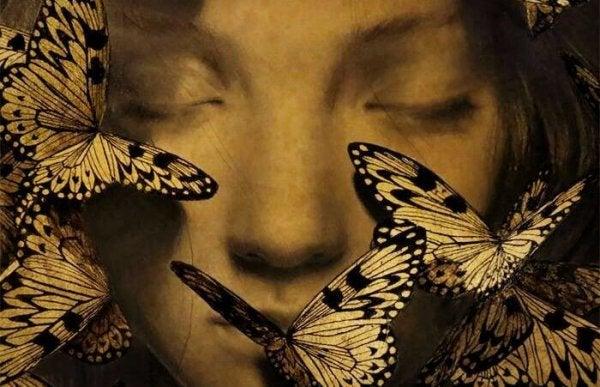 Pige med lukkede øjne og sommerfugle sværmende omkring udøver mindfulness