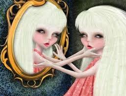 En usikker person ser sig selv i spejlet