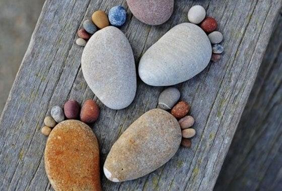 Fødder lavet ud af sten på træbro