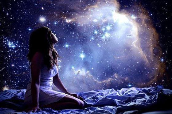 Kvinde kigger op på stjernerne