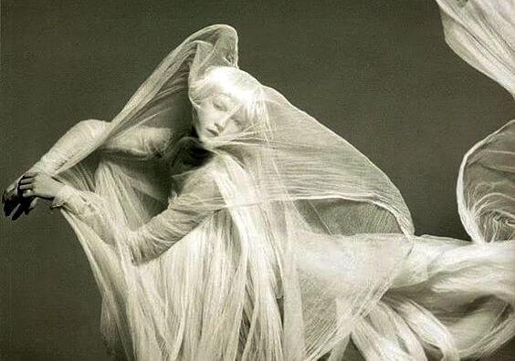 Kvinde dækket med hvidt stof symboliserer ghosting