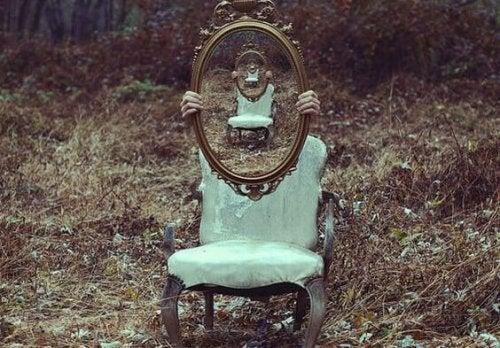 En stol med et spejl, der afspejler en stol med et spejl symboliserer vores evne til tilpasning