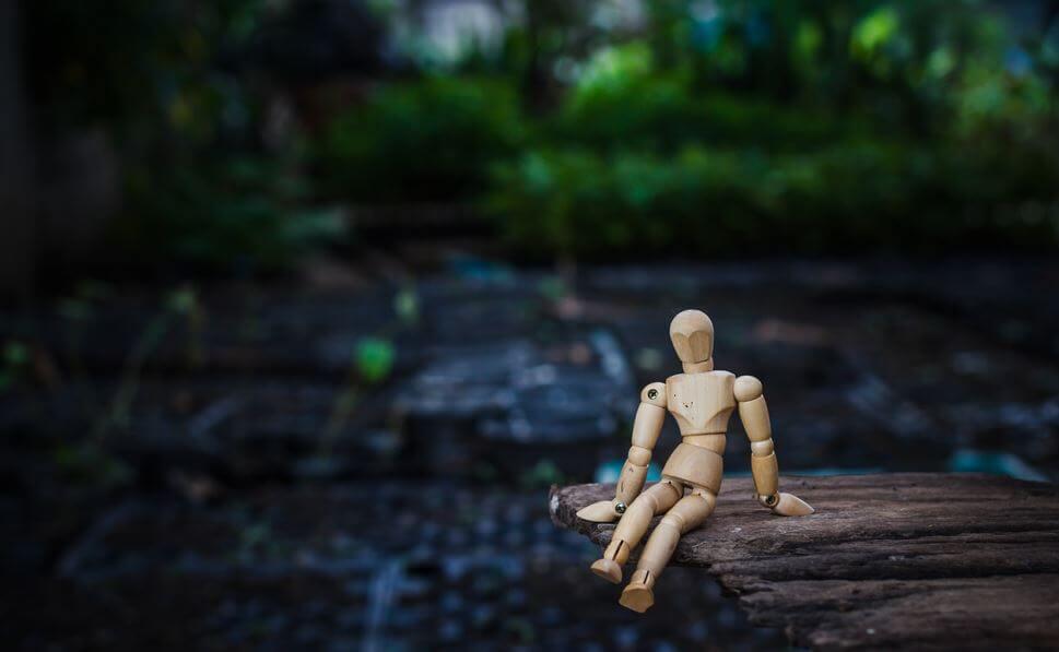 Træmand i skov sørger efter at have oplevet aggressiv kommunikation