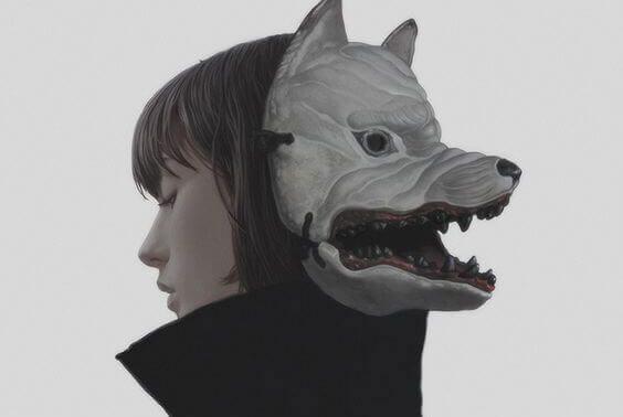 Kvinde med ulvemaske på baghovedet symboliserer ondskabsfulde mennesker