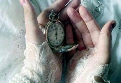Person holder ur i hænderne og tænker på gamle minder