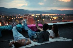 Mennesker ligger på tag og nyder udsigten sammen