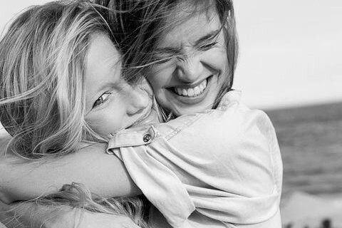 Venner krammer og smiler