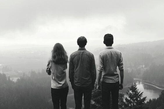 Tre personer står og nyder udsigt og viser, at det kræver en indsats at have venner