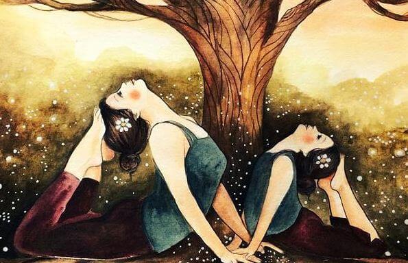 Kvinder udøver yoga under træ