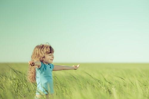 Pige på mark nyder sin frihed