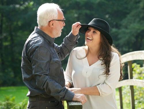 Far retter på sin datters hat